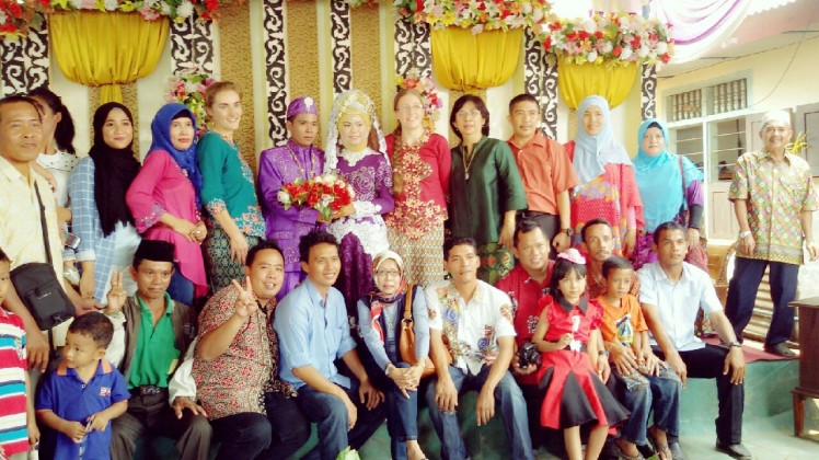 SMA3 famiily photo! Ibu Kun, my headmistress, is in the center wearing green.