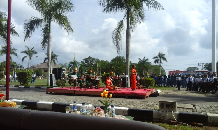 Melayu (green) and Chinese (red) cultural fusion makes for a lively performance. The uniformed group on the right were responsible for executing the flag-raising ceremony.