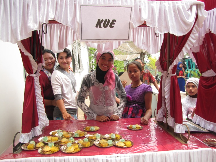 Once we have congratulated Despri and Nisa and their families, we walk of the stage and are immediately greeted by a kue [cake] stall.