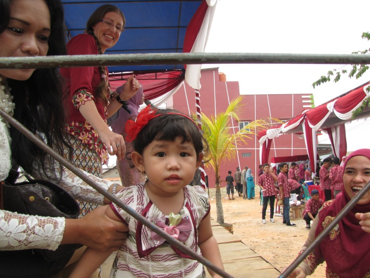 Another cute kid with none other my lovely sitemate Caitlin, joget-ing in the background. Mango, a.k.a. Ibu Siska from SMK2, a.k.a. one of my favorite people of all time, is singing in the background.