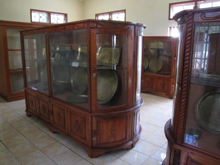 Cases holding artifacts including spears, the antecedents of rice cookers, water basin, and others.