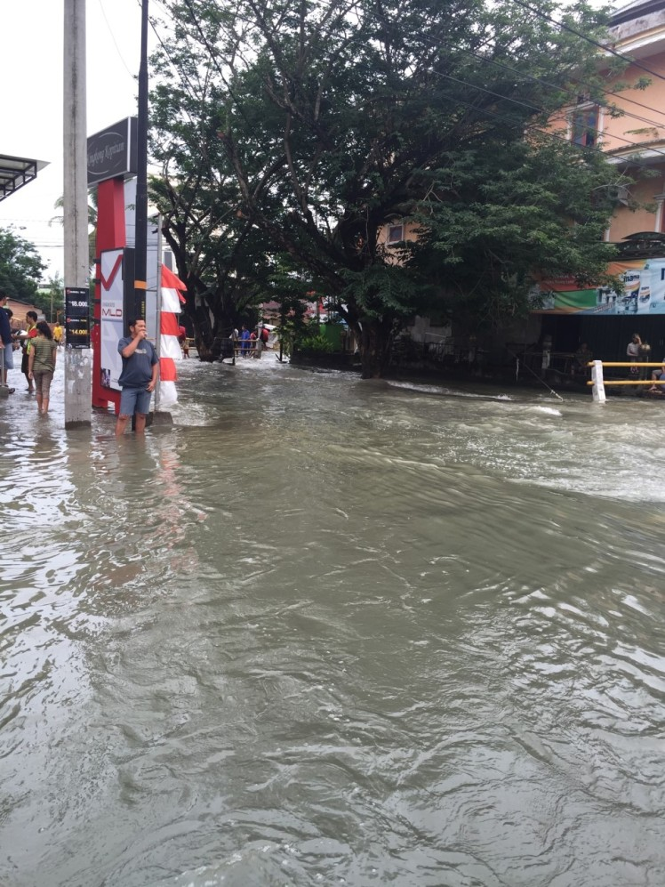 The road next to Kingkong Kopitiam is bordered by a canal, which overflowed and turned into a dangerous current. Notice the guy on the left casually smoking a cigarette. At least his lighter was dry.