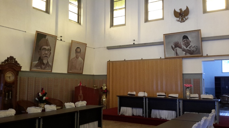 The inside of Soekarno's pad. Looks like a meeting room for fancy-schmancy people.